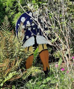 Bord met afbeelding vrouw in de tuin